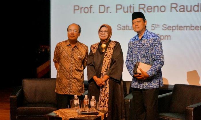 Raudha (tengah) bersama Irianto , Ketua Persatuan Minangkabau Singapura (kiri) dan Johan Nasri, Wakil Ketua Persatuan Minangkabau Singapore (kanan)
