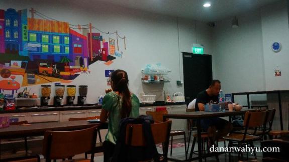 Kebersamaan selalu terjalin saat sarapan di hostel. Bener nggak?