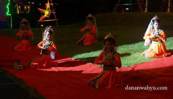 Teri persembahan sebagai pembukan 2nd Nongsa Carnival