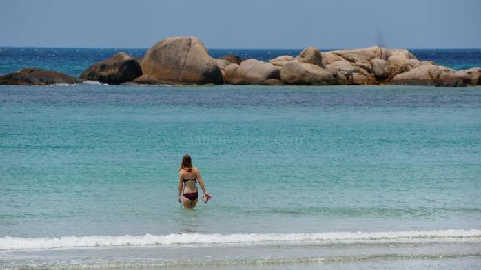 pemandangan yang bikin om-om makin betah di pantai
