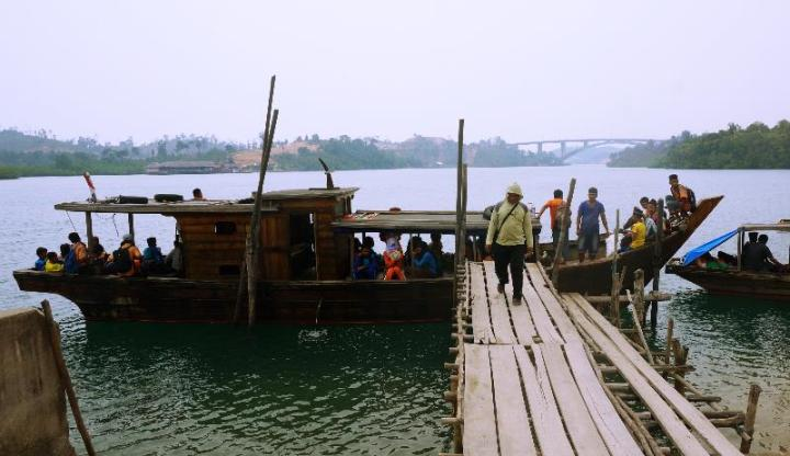 Pelabuhan si Jantung dengan pemandangan Jembatan Lima Barelang