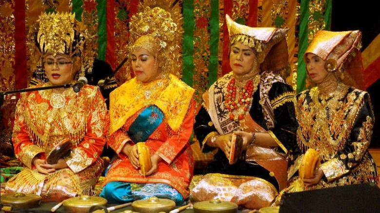 Empat wanita berdendang dalam ketukan rebana
