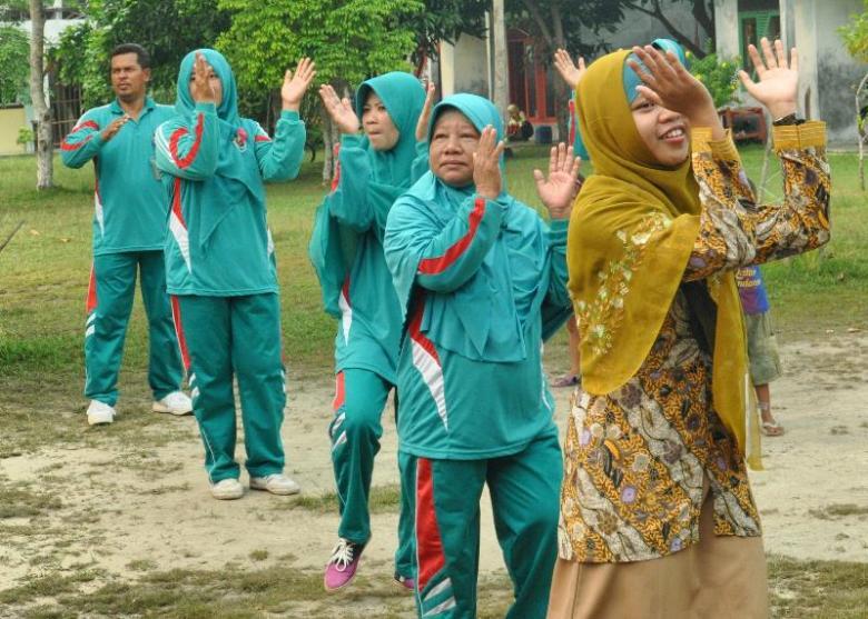 Guru ikut senam pingguin bersama relawan