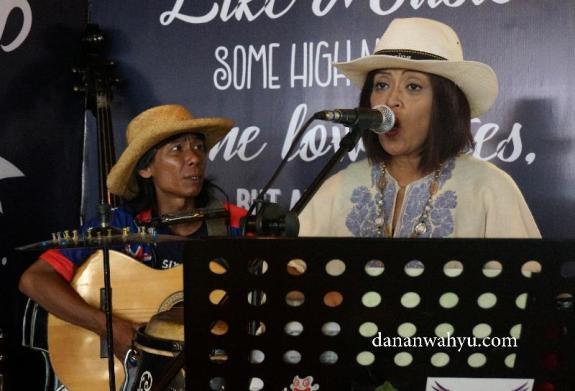 live music saat Grand Opening Kopi Raya