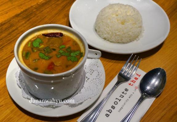 Tom Yam Seafood dan Nasi putih , pasangan serasi. Kamu?