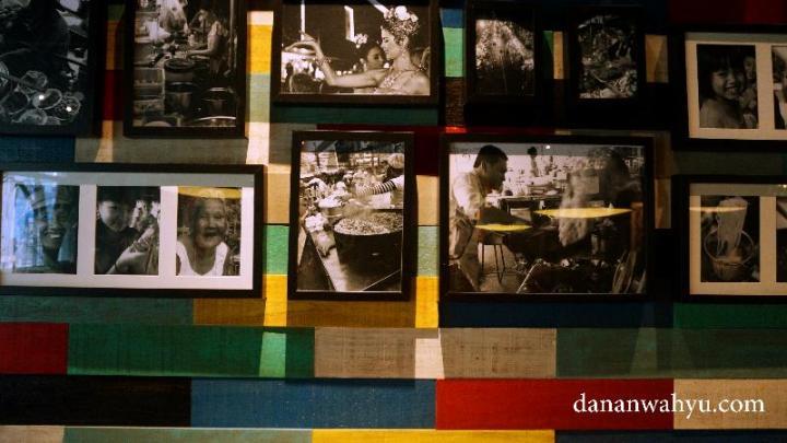 Foto hitam putih di atas ornamen kayu warna warni