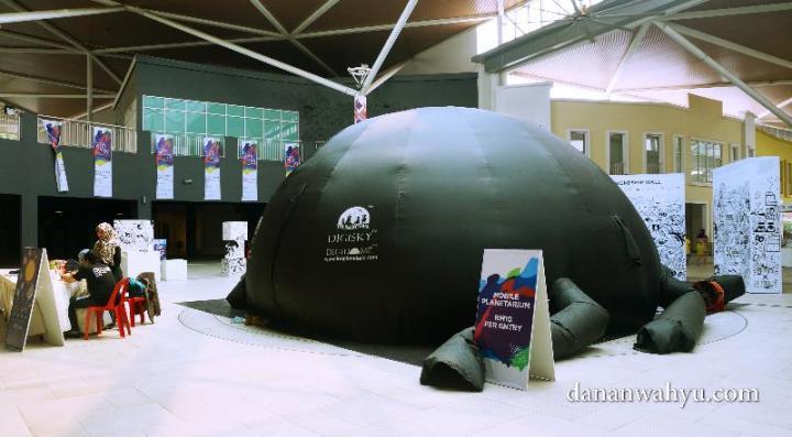 mobile planetorium - tempat mengintip alam semesta