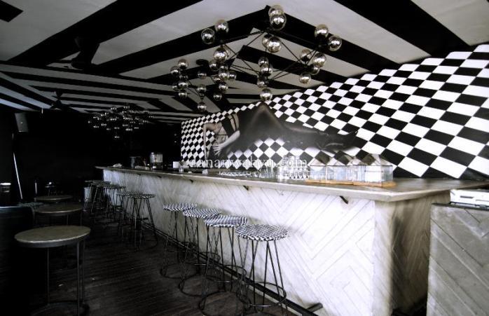 Desain dan warna hitam putih mendominasi bar Artotel