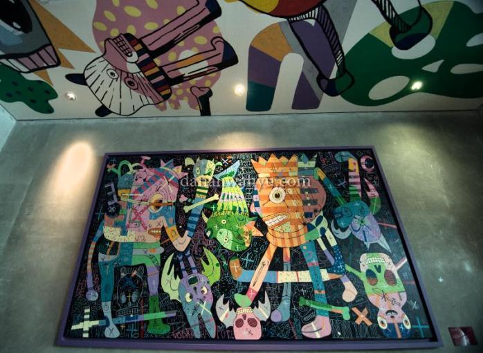 Warna-warni di dinding dan langit-langit restoran