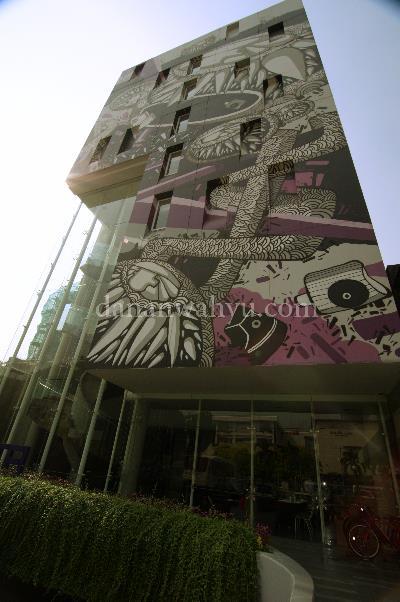 tampilan muka Artotel menonjol di antara bangunan lain