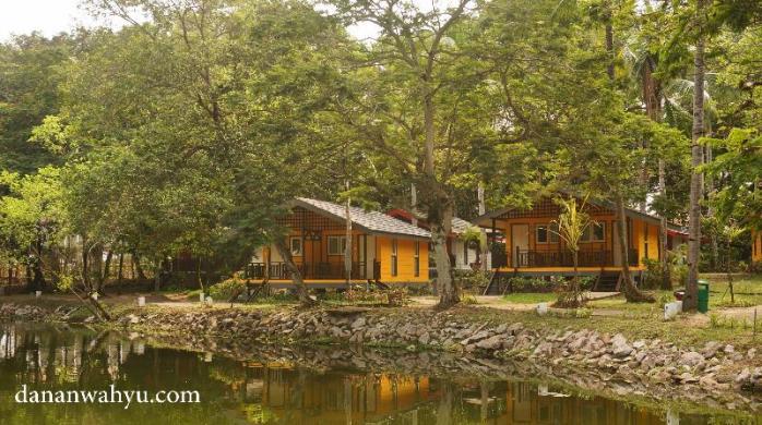 bangunan di sisi sungai kecil bagai di kampung