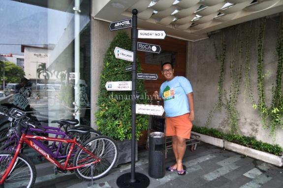 sudah pake hotpants mau keliling Jakarta sepedahan biar langsing