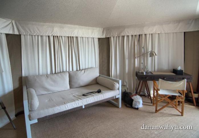 sofa dan meja tulis. Kamu mau liburan apa kerja?