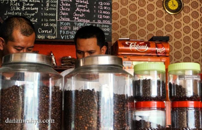 toples besar dan kecil berisi kopi dari seluruh nusantara
