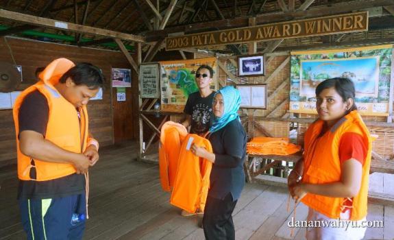 Pengarahan mengenakan jaket keselamatan sebelum berwisata Mangrove