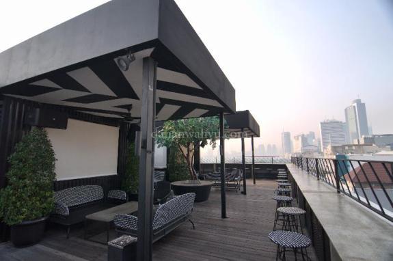 Pemandangan Bar di Roof Top Artotel