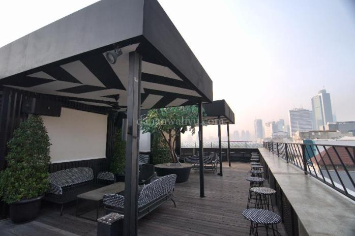 Pemandangan Bar di Roof Top Artotel