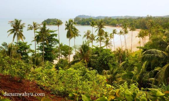 pemandangan dari kolam renang parkir Indra Maya Villas