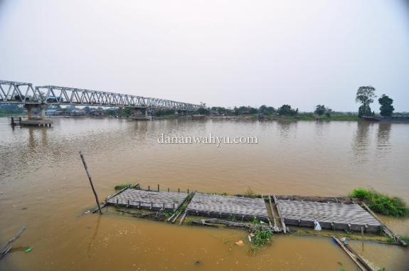 jembatan membelah sungai Kampar di Pangkalan Kerinci