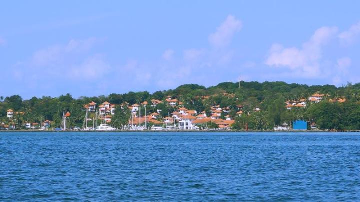Pemandangan ini terlihat dari pulau Putri