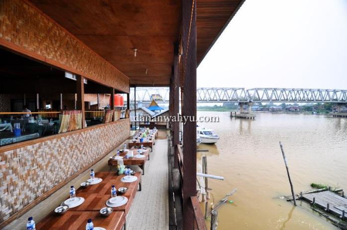 Duduk sejenak di pinggir sungai dekat jembatan Pangkalan Kerinci