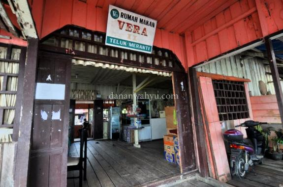 Kedai Vera , tempat membeli tiket sekaligus persinggahan speed boat