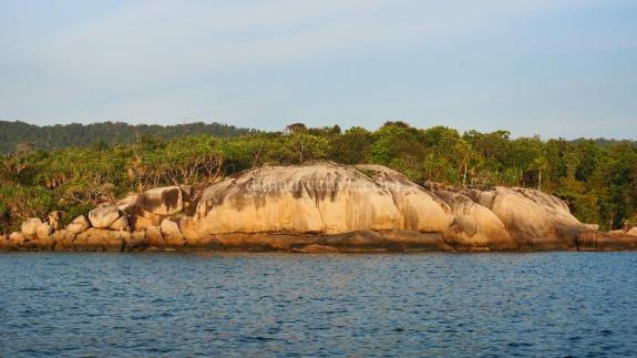 batu granit besar menjulang ciri khas kepulauan di Anambas