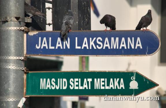 Penunjuk jalan menuju Masjid Selat Melaka