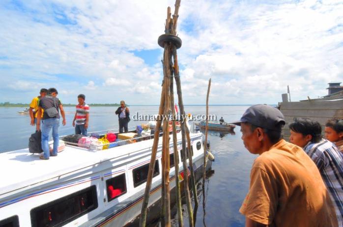 Menanti kapal dari Selat Panjang