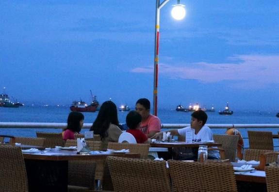 Kebersamaan bersama keluarga di The Pier Cafe & Grill