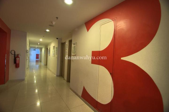 Kamar saya berada di lantai 3 dan di sudut lorong yang sepi