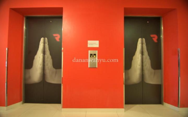 Gambar lift-nya lucu. aku jadi berasa dijepit pake tangan