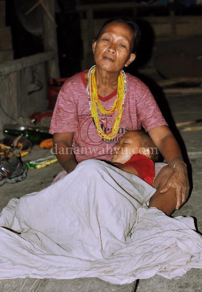 Lelap - Desa Rorogot, Mentawai. Peraduan paling nyaman di muka bumi adalah pangkuan Bunda. Meski tak ada kasur atau bantal empuk, senandung dan buaiannya mengantar ke dalam mimpi terdalam.