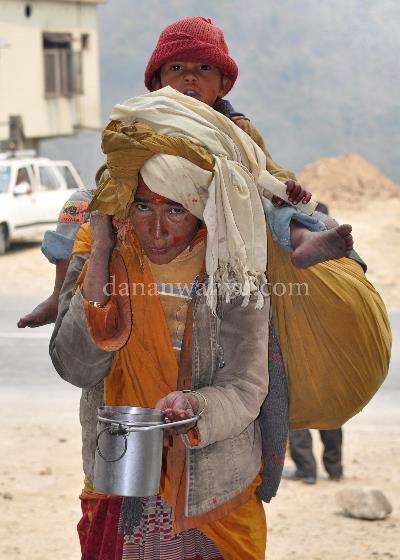 Bekerja - Pokhara, Nepal. Aku tak pernah tahu Bunda bekerja apa, yang aku tahu kami tak pernah berpisah. Jika harus berjalan jauh , aku duduk di atas pundaknya dan menutupi wajahku dengan topinya. Bunda selalu mengiba kepada orang di jalan sambil mengayunkan wadah kaleng.