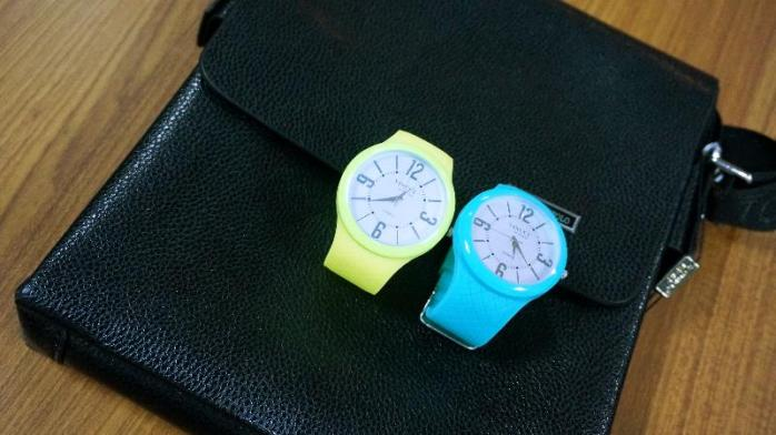 Dua jam tangan Vincci dan sebuah tas VidengPolo