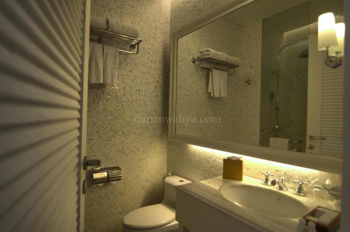 Kamar mandi di salah satu ruang Nongsa Point Marina Resorts