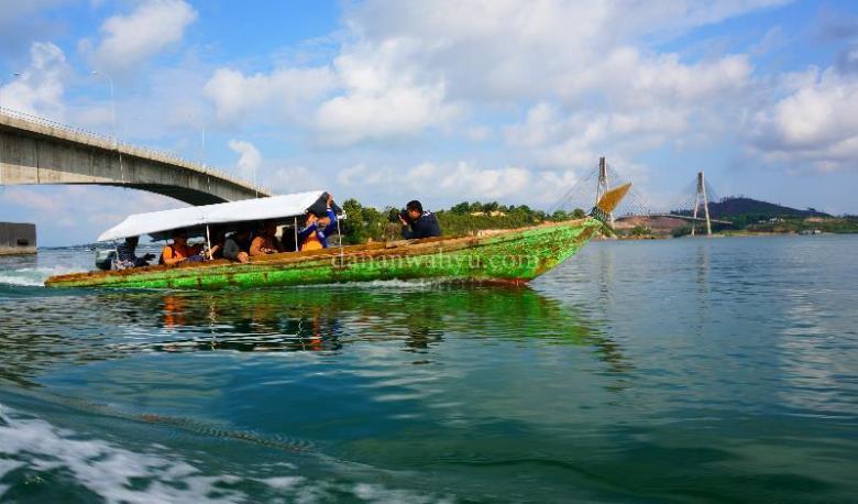 berlayar dari pelabuhan kecil di bawah jembatan dua Barelang