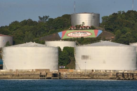 tangki besar pengepul minyak pulau Sambu