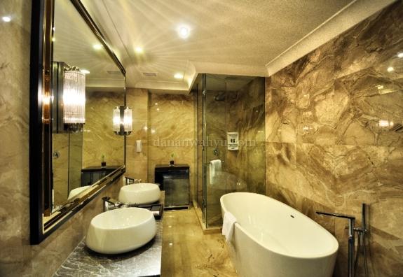 kamar mandi berinding granit di Suite Room dan Deluxe Apartement