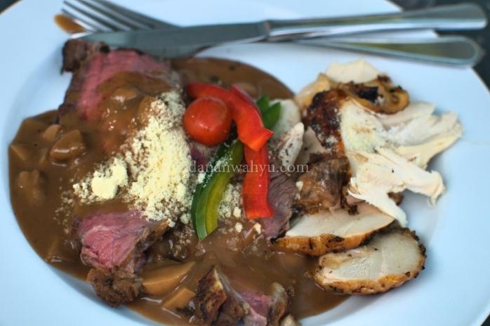 Makan siang : Australian Roast Beef dan Corn Fed Roast Chicken