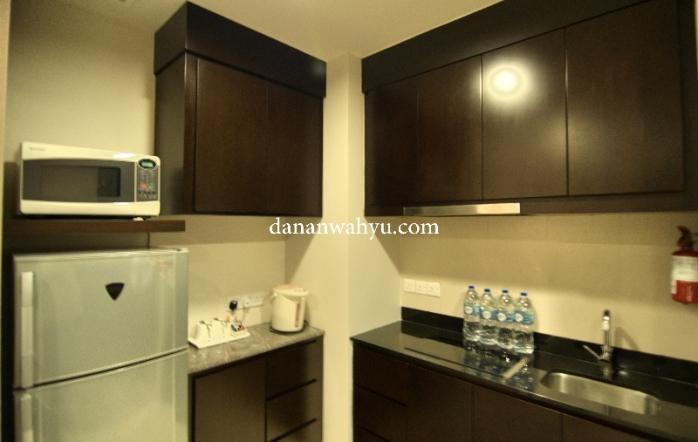pantry dilengkapi microweave, kulkas dan kompor listrik