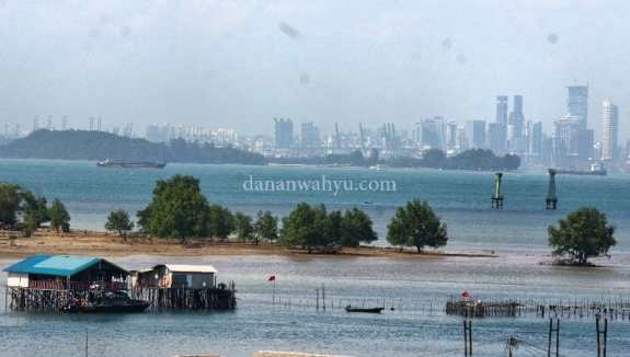 Pulau Lengkana dengan latar belakang Singapura