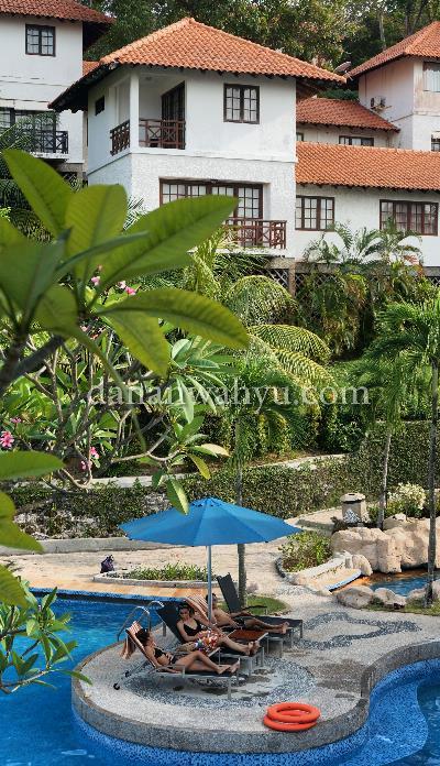 kolam renang dengan latar belakang Chalet Nongsa Point Marina Resort
