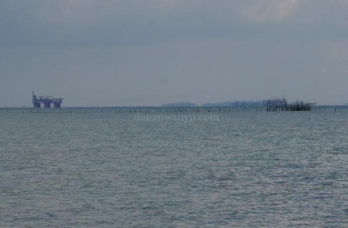 Rig terlihat dari pulau Tunjuk