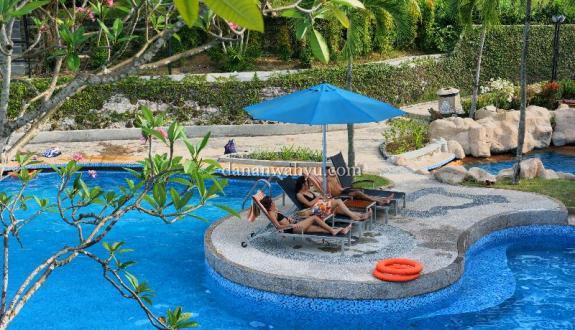Bersantai di renang Nongsa Point Marina n Resort