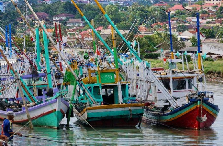 kapal nelayan bersandar di ujung muara