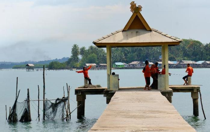memancing di dermaga beton pulau Tunjuk