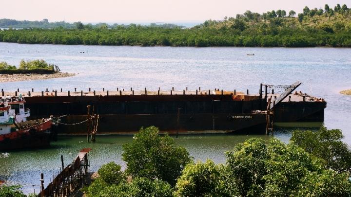 kapal tua sandar di Belakang Padang