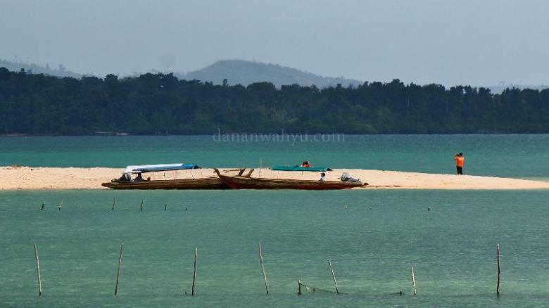 pasir putih di ujung pulau Tunjuk