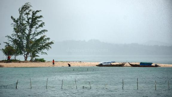 Sekali lagi rinai hujan menyapa kami di Pulau Tunjuk